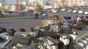 自行车停车处,在路旁边 在哪些大交通汽车 替代运输 股票视频