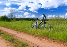 自行车农村场面夏天 免版税图库摄影
