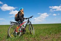 自行车冷静女孩骑马 图库摄影