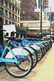 自行车出租驻地在街市芝加哥 免版税库存图片