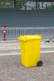 自行车前轮离地平衡特技容器 免版税图库摄影