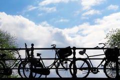 自行车剪影在蓝天的 免版税库存照片