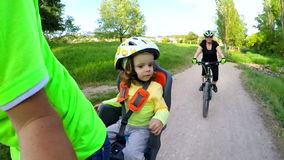 自行车后座的小孩子享受旅行的 影视素材