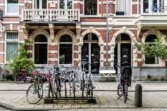 自行车和典型的房子在Oude Pijp 免版税库存照片