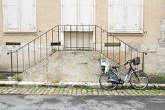 自行车和台阶 免版税库存照片