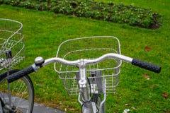 自行车和城市,运输 免版税库存照片