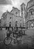 自行车和大教堂在佛罗伦萨(佛罗伦萨),意大利 图库摄影