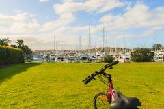 自行车和小游艇船坞视图,新西兰 免版税库存照片