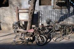 自行车和摩托车在一个庭院门前面在北京 免版税图库摄影
