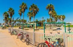 自行车和操场在威尼斯在洛杉矶,加利福尼亚靠岸 免版税库存图片