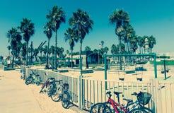 自行车和操场在威尼斯在洛杉矶,加利福尼亚靠岸 免版税库存照片