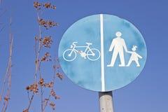 自行车和步行者共有的贩运路线标志 图库摄影