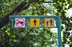 自行车和步行者分享了在绿色金属路标的路线标志 免版税库存图片