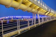 自行车和步行者天桥 库存照片