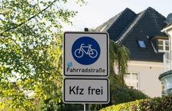 自行车和步行者车道在杆岗位的路标 免版税库存照片