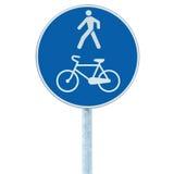 自行车和步行者车道在杆岗位,大蓝色回合的路标被隔绝的自行车循环的走的走道小径足迹路线 图库摄影