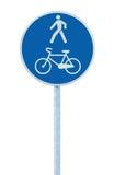 自行车和步行者车道在杆岗位,大蓝色回合被隔绝的自行车循环的和走的走道小径路线的路标 免版税图库摄影