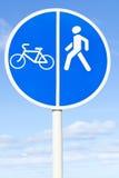 自行车和步行者车道路标 库存图片