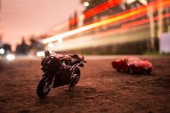 自行车和汽车玩具摄影 免版税库存照片