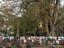 自行车和海报牛津,英国 免版税库存图片