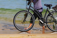 自行车和海 免版税库存照片