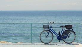 自行车和海 免版税库存图片