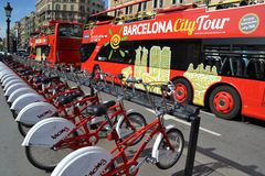自行车和游览车在巴塞罗那,西班牙 免版税库存图片