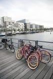 自行车和现代住房在westerdok在阿姆斯特丹 免版税库存图片