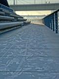 自行车和脚步足迹在一条冻路沿河莱茵河,科隆 免版税库存照片