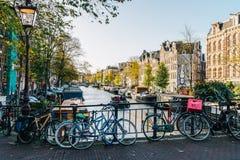 自行车和荷兰议院阿姆斯特丹运河的在秋天 图库摄影
