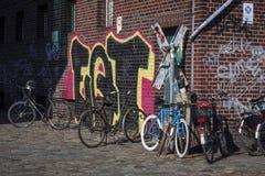 自行车和街道画 免版税图库摄影