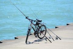 自行车和钓鱼竿 免版税库存照片