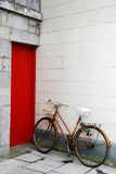 自行车和门 免版税图库摄影