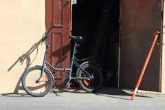自行车和门 库存照片