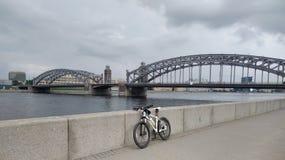 自行车和Bolsheokhtinsky桥梁在圣彼德堡 库存照片
