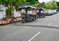 自行车和Tuk Tuk,在琅勃拉邦的路边,老挝, 库存照片