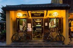 自行车商店外部在Hoian,越南晚上街道上的  免版税库存照片