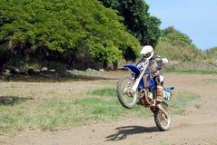 自行车土自行车前轮离地平衡特技 图库摄影