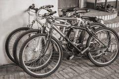 自行车在一个土气房子前面停放了 免版税库存图片