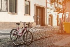 自行车在一条城市街道上的停车场在一个晴天 免版税库存照片