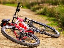 自行车在乡下公路说谎 免版税库存照片