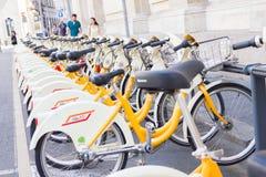 自行车在作为公众将使用的机架停放了分享服务,米兰,意大利 库存照片