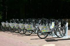 自行车在分享驻地的自行车停放 库存照片