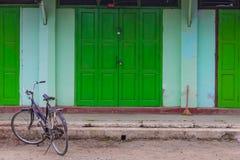 自行车在前面geen门,在缅甸(Burmar)的Nyaung Shwe 图库摄影