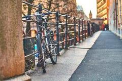 自行车在欧洲街道上停放了在日落 库存照片