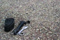 自行车在沥青的修理工具 免版税库存图片