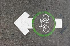 自行车在沥青绘的车道箭头 图库摄影