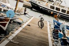 自行车在船坞末端 免版税库存照片