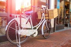 自行车在荷兰城市站立在街道上的近的墙壁 免版税图库摄影