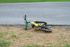 自行车在街道旁边掉下 库存图片